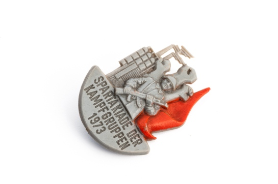 Plastic pin produced for participants in the Spartakiade of the Combat Groups of the Working Class in Halle / Saale in 1973 (photo: Jo Zarth).